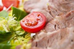 Viande coupée en tranches avec les légumes frais Image stock