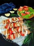 Viande crue avec des légumes sur des brochettes Produit traité pour la cuisson de shashlik image stock