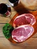 Viande crue avec du vin Photographie stock