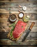 Viande crue Boeuf frais sur une planche à découper avec des herbes et des épices photos stock