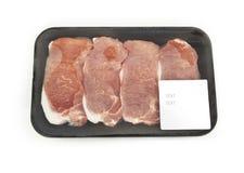 Viande crue dans un paquet avec un autocollant Photographie stock