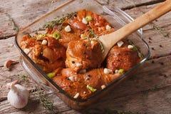 Viande crue dans une marinade rouge épicée dans une fin de cuvette  horizontal images libres de droits