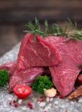 Viande crue de boeuf avec des épices photos libres de droits
