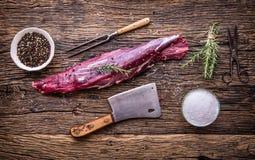 Viande crue de boeuf Bifteck cru de filet de boeuf sur une planche à découper avec du sel de poivre de romarin en d'autres positi Photographie stock