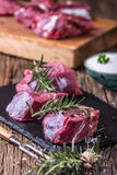 Viande crue de boeuf Bifteck cru de filet de boeuf sur une planche à découper avec du sel de poivre de romarin en d'autres positi Photographie stock libre de droits