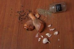 Viande crue de crevette de poulet sur un carton gris en bois, épices pour le poulet, sel, romain, basilic, ail, poivre, sauce de  images libres de droits