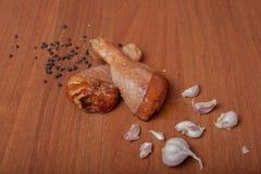 Viande crue de crevette de poulet sur un carton gris en bois, épices pour le poulet, sel, romain, basilic, ail, poivre, sauce de  photographie stock