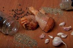 Viande crue de crevette de poulet sur un carton gris en bois, épices pour le poulet, sel, romain, basilic, ail, poivre, sauce de  images stock