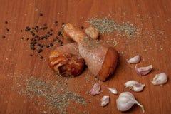 Viande crue de crevette de poulet sur un carton gris en bois, épices pour le poulet, sel, romain, basilic, ail, poivre, sauce de  image libre de droits