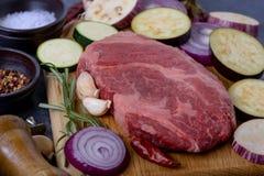 Viande crue de plan rapproché avec des légumes Photo libre de droits