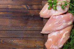 Viande crue de poulet sur la table en bois photos stock