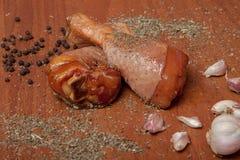 Viande crue de poulet sur un carton gris en bois, épices pour le poulet, sel, romain, basilic, ail, poivre, sauce de soja sur un  photos stock