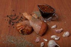 Viande crue de poulet sur un carton gris en bois, épices pour le poulet, sel, romain, basilic, ail, poivre, sauce de soja sur un  image stock