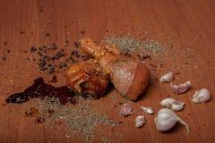 Viande crue de poulet sur un carton gris en bois, épices pour le poulet, sel, romain, basilic, ail, poivre, sauce de soja sur un  images stock