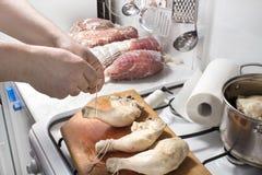 Viande crue de préparation pour le tabagisme Photo stock