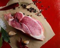 Viande crue et épices, ail, poivre, et plus aromatiques photos stock