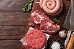 Viande crue et saucisses photos stock
