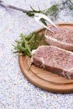 Viande crue fraîche de bifteck avec les espaces, des herbes et des légumes Image libre de droits