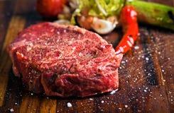 Viande crue fraîche sur le panneau de découpage image stock