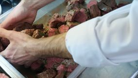 Viande crue, grillée, porc mariné en sauce barbecue avec de la moutarde, oignons frais, plan rapproché banque de vidéos