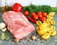 Viande crue, pâtes et légumes sur la table Image stock