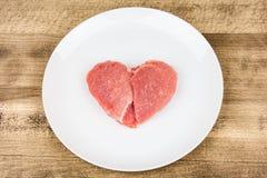 Viande crue sous forme de coeur Image stock