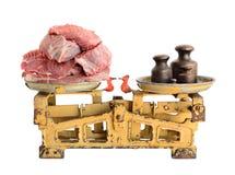 Viande crue sur de vieilles échelles Photographie stock