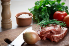 Viande crue sur la planche à découper Image stock