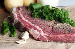 Viande crue sur le panneau de découpage Image libre de droits