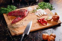 Viande crue sur un panneau de découpage Photo libre de droits