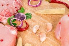 Viande crue sur un plateau en bois Photographie stock