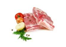 Viande crue Ventre de porc, deux morceaux avec l'aneth, oignon et tomate d'isolement sur le fond blanc Photos libres de droits