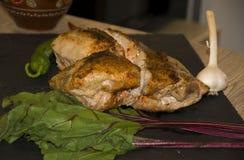 Viande cuite au four à l'arrière-plan noir de poivron rouge de four photos libres de droits