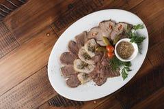 Viande cuite au four avec des légumes Image stock