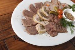 Viande cuite au four avec des légumes Image libre de droits