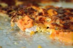 Viande cuite au four avec du fromage dans le four sur une plaque de cuisson couverte d'aluminium photo stock