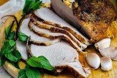 Viande cuite au four avec le basilic et l'ail Images libres de droits