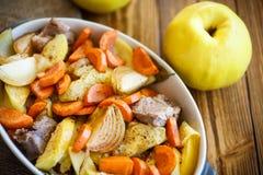 Viande cuite au four avec le coing photos stock