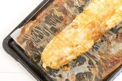 Viande cuite au four de poulet sur Tray Isolated White Background de cuisson images libres de droits