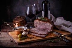 Viande cuite au four sur un fond en bois Boeuf de rôti, l'espace de copie photographie stock