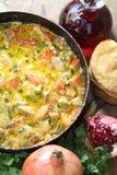 Viande, cuite avec une tomate et oignons dans une poêle avec a photo stock