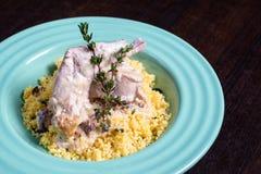 Viande cuite de lapin en sauce crémeuse avec les herbes et le couscous image stock