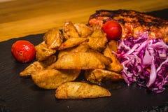 Viande délicieuse avec des légumes, cuits sur le gril photo stock