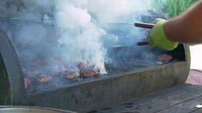 Viande d'hamburger avec la flamme banque de vidéos