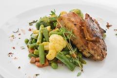 Viande de BBQ avec des légumes d'un plat blanc photo stock