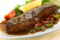 Viande de bifteck de New York sur la salade verte, Bell rouge Peppe images stock