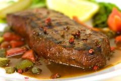 Viande de bifteck de New York sur la salade verte, Bell rouge Peppe image libre de droits
