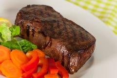 Viande de bifteck de New York sur les haricots verts, raccord en caoutchouc, poivre photo stock