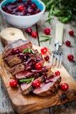 Viande de boeuf avec de la sauce à la canneberge faite maison photographie stock libre de droits