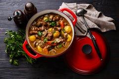 Viande de boeuf cuite avec des pommes de terre photographie stock